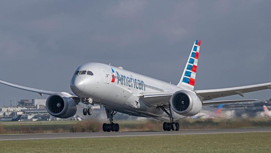American Airlines v boj za potnike s posebnim razpršilom proti okužbi (foto: profimedia)