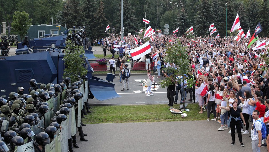 Belorusi se niso ustrašili groženj in se spet množično podali na ulice (foto: profimedia)