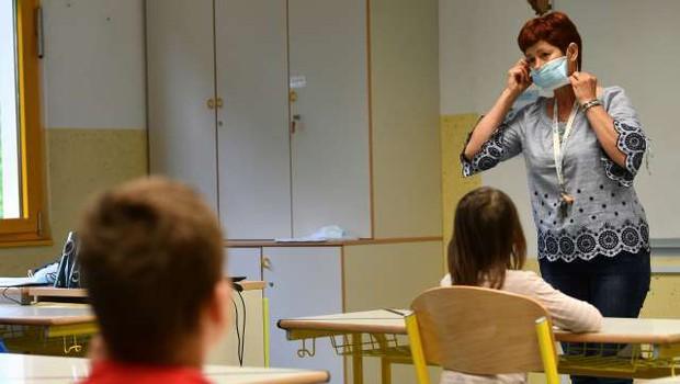 NIJZ s priporočili za starše, kako se z otroki pogovarjati o koronavirusu (foto: Tamino Petelinšek/STA)