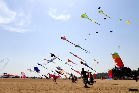Šok na festivalu zmajev: 3-letno deklico zmaj ponesel visoko v nebo!