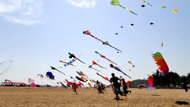 Šok na festivalu zmajev: 3-letno deklico zmaj ponesel visoko v nebo! (foto: profimedia)