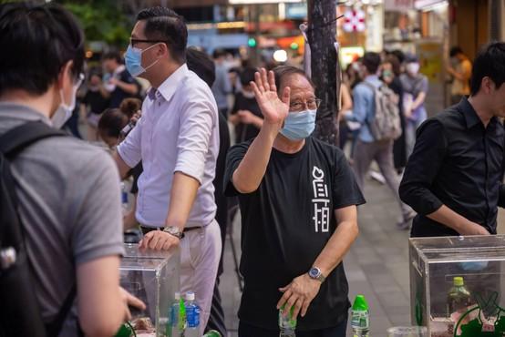 V Hongkongu začetek množičnega testiranja ob globokem nezaupanju številnih prebivalcev