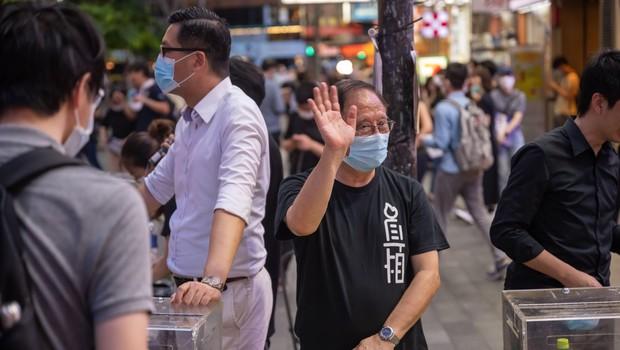 V Hongkongu začetek množičnega testiranja ob globokem nezaupanju številnih prebivalcev (foto: Profimedia)