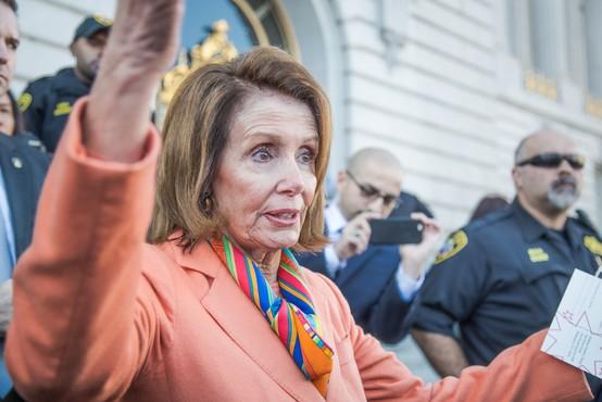 "Nancy Pelosi pod plazom kritik, ker pri frizerju ni nosila maske. Njen odziv: ""Padla sem na zvijačo!"""