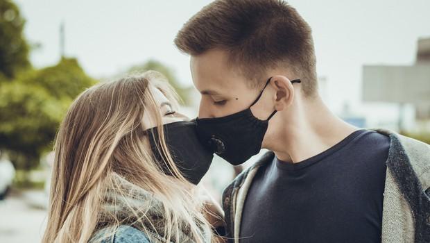 'Med spolnim odnosom nosite masko in se izogibajte poljubljanja' (foto: Shutterstock)