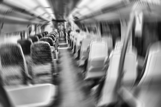 Policisti na vlaku v Liverpoolu aretirali moškega, ker ni hotel nositi zaščitne maske (video)