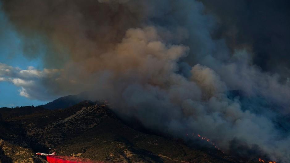 V Kaliforniji ogrožene ljudi iz požara rešujejo s helikopterji (foto: profimedia)