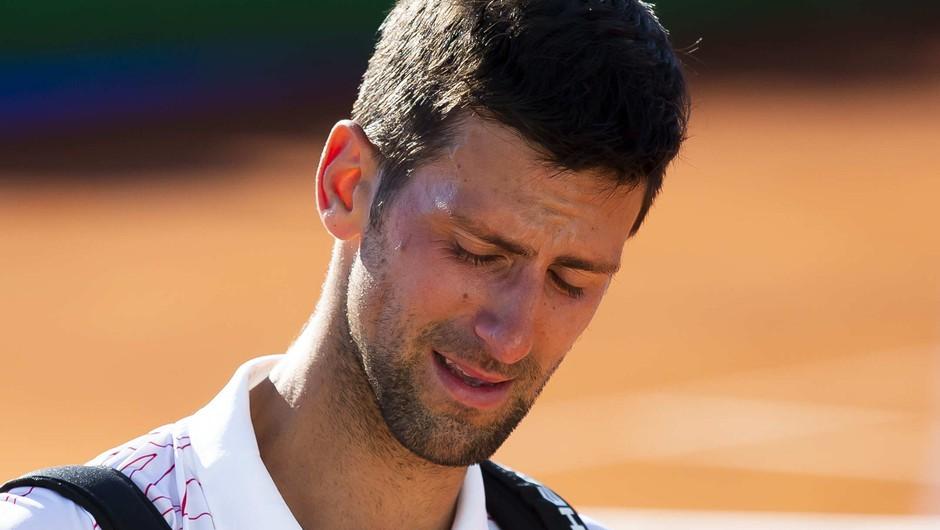 Novak Đoković diskvalificiran, potem ko je z žogico zadel linijsko sodnico v vrat (foto: Profimedia)