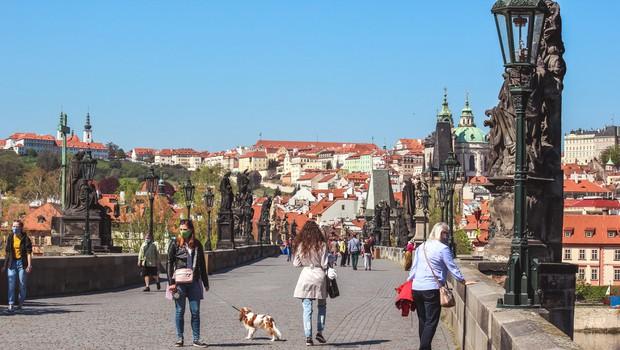 Češka spomladi veljala za uspešno v boju proti koronavirusu, te dni beležijo rekordno število okužb (foto: Shutterstock)