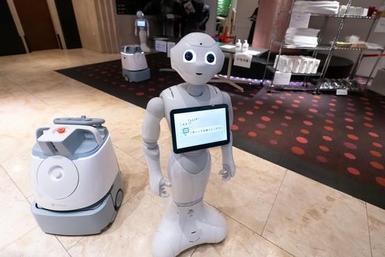 Prijazni robot Pepper po novem opozarja ljudi, naj nosijo zaščitne maske