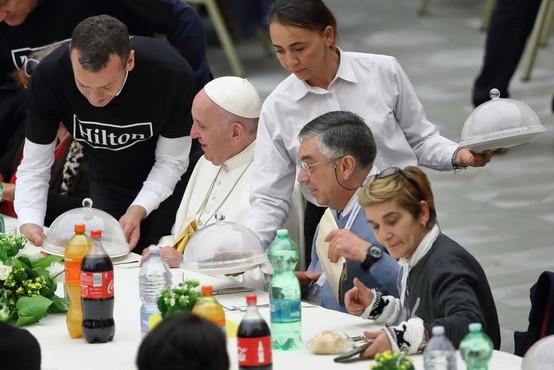 """""""Tako uživanje v hrani kot v spolnosti prihajata od Boga,"""" pravi papež Frančišek"""