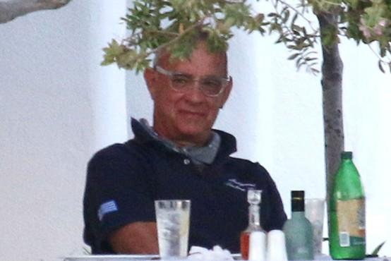 Potem ko se je med snemanjem filma spomladi okužil, se Tom Hanks vrača v Avstralijo