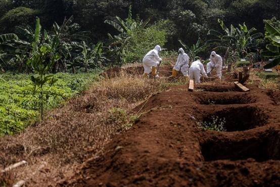 V Indoneziji so 'antimaskerje' prisilili kopati grobove za žrtve covida-19