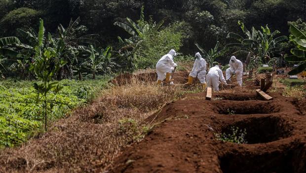 V Indoneziji so 'antimaskerje' prisilili kopati grobove za žrtve covida-19 (foto: profimedia)