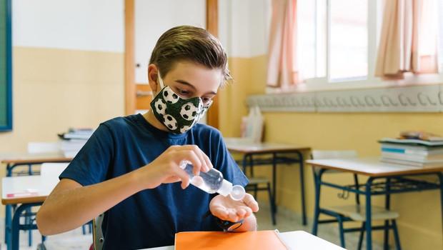 Zaradi okužbe pri zaposleni v karanteni vsi s podružnične šole v Kotljah (foto: Profimedia)