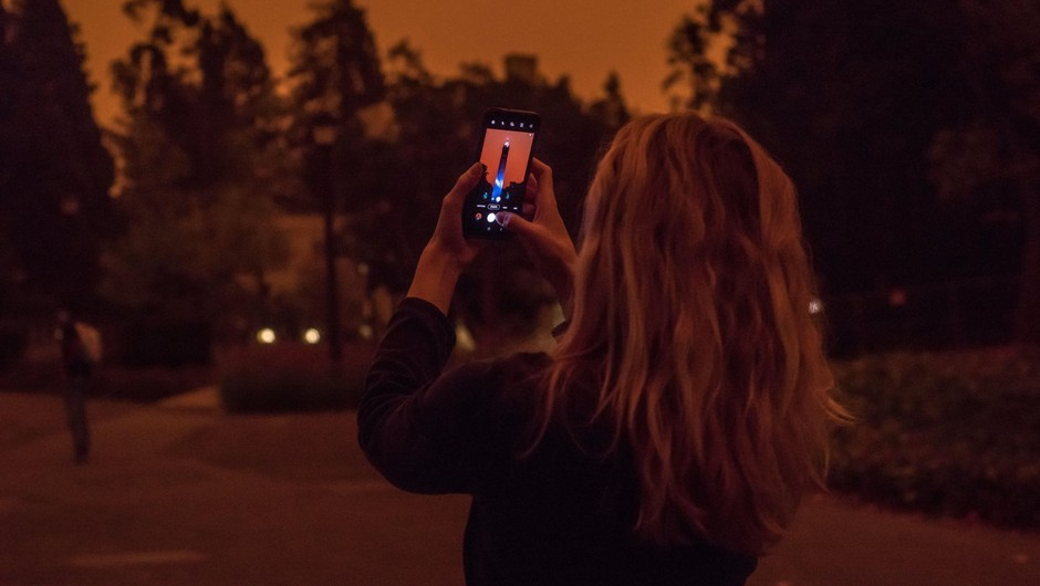 Vse za fotografijo – plaz kritik za vplivnico, ki je požare v Ameriki izkoristila za fotografsko kuliso (foto: profimedia)