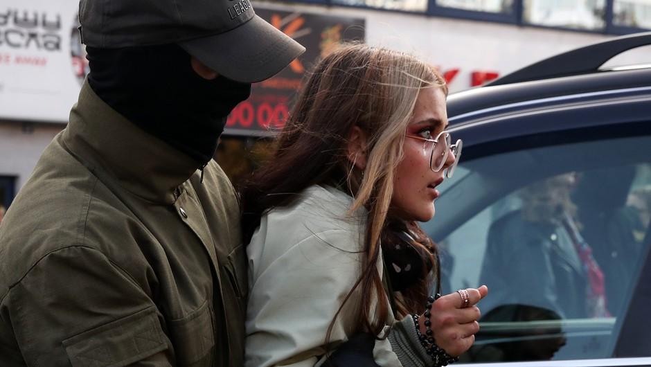Na protestih so zamaskiranci spet polnili kombije z aretiranimi (foto: profimedia)