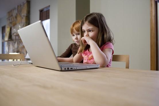 Strokovnjaki že 10. leto o učinkoviti obravnavi zlorab otrok na spletu