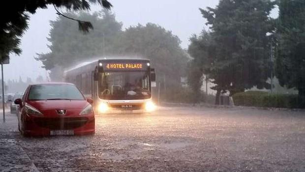 Naliv potopil Reko v nekaj minutah, neurje tudi v Dalmaciji (foto: Hina/STA)