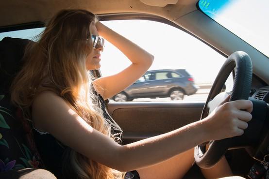 6 napak, ki jih moški sopotnik običajno naredi, ko vozi ženska