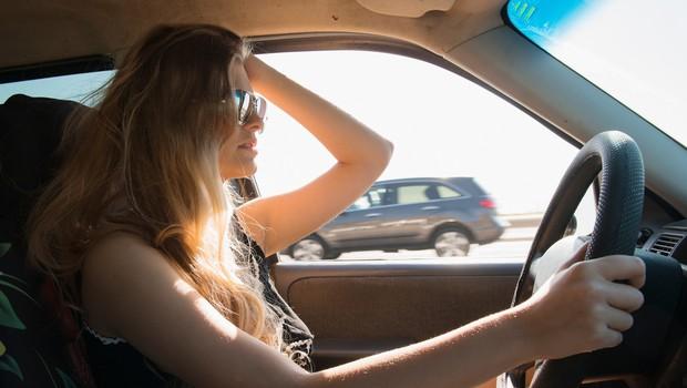 6 napak, ki jih moški sopotnik običajno naredi, ko vozi ženska (foto: profimedia)