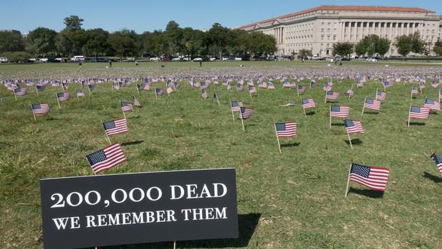 V ZDA število smrtnih žrtev covida-19 preseglo 200.000, število okuženih 6,9 milijona (foto: Profimedia)