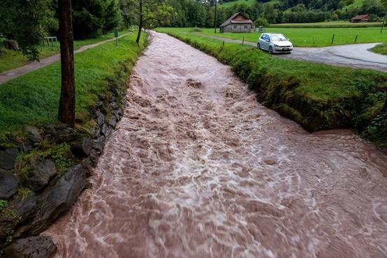 Zaradi dežja že narašča raven vode v rekah in hudourniških vodotokih
