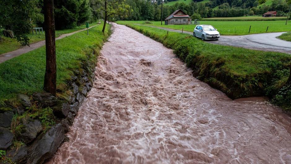 Zaradi dežja že narašča raven vode v rekah in hudourniških vodotokih (foto: profimedia)