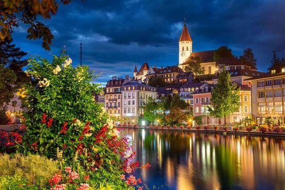 Švicarji na referendumu proti omejitvam priseljevanja in za očetovski dopust