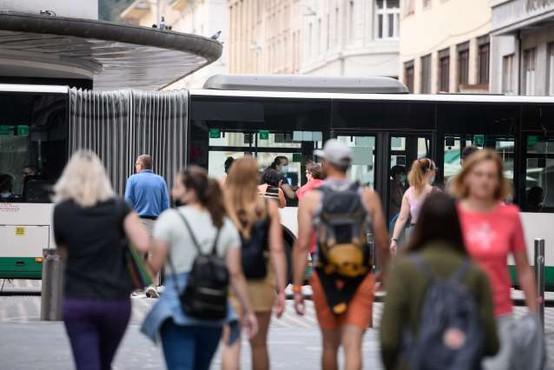 Prebivalci Slovenije zaščitne maske običajno nosijo, niso pa enotni o šoli brez mask