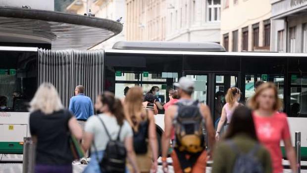 Prebivalci Slovenije zaščitne maske običajno nosijo, niso pa enotni o šoli brez mask (foto: Nebojša Tejić/STA)