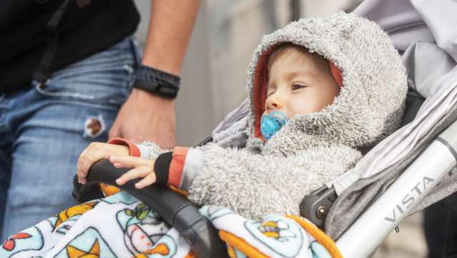 Leto dni po klicu na pomoč je danes skoraj triletni Kris živahen deček, poln energije (foto: Bor Slana/STA)