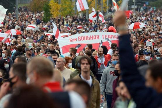 Protestnike v Minsku ustavljali z vodnimi topovi in vojsko