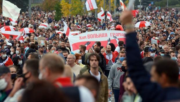 Protestnike v Minsku ustavljali z vodnimi topovi in vojsko (foto: profimedia)