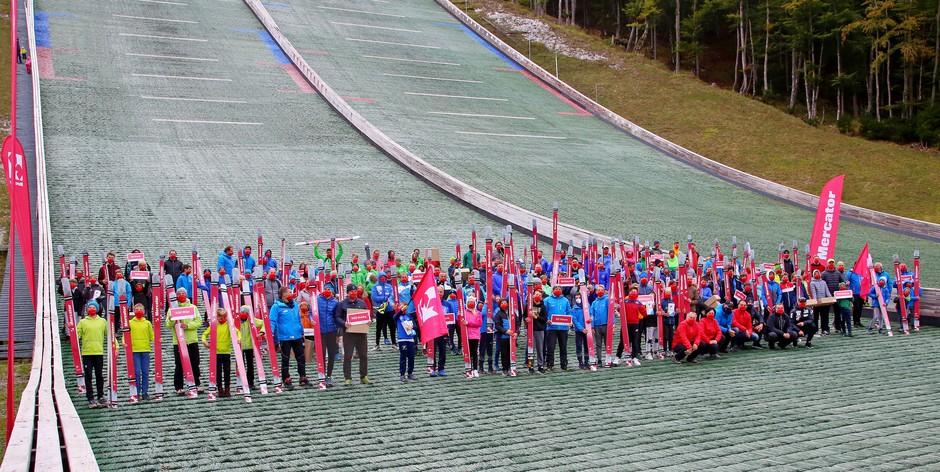 Mercator doniral smučarsko opremo 22 skakalnim klubom (foto: PROMO)