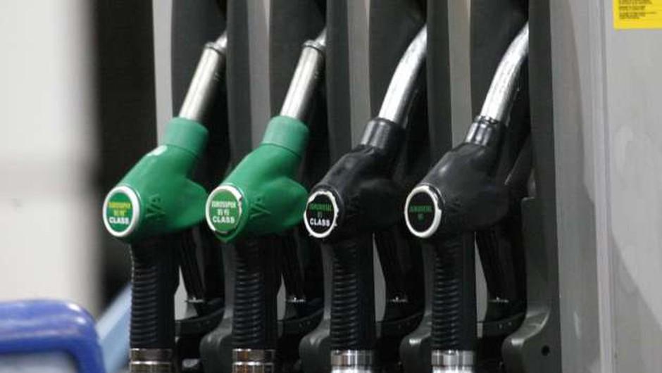 Trgovci prvi teden po popolni sprostitvi le malenkost prilagodili cene dizla in 95-oktanskega bencina (foto: Hina/STA)