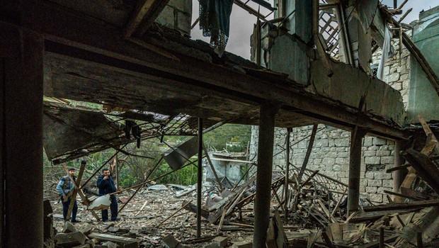 Pred začetkom premirja so se Armenci in Azerbajdžanci še silovito obstreljevali (foto: profimedia)