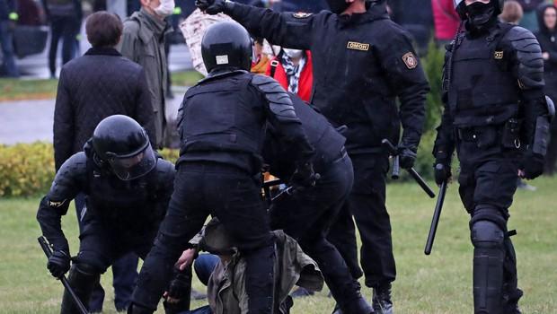 Varnostne sile v Minsku nad protestnike z vodnimi topovi in šok granatami (foto: profimedia)