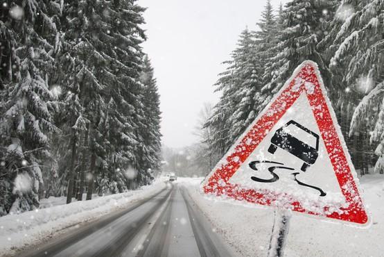 Obilno deževje povzročalo težave, na Voglu 43 cm snega, padavine bodo ponehale šele zjutraj (foto)