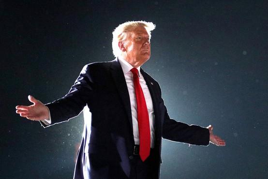 """Trump na grozo zdravnikov dejal, da se bo sprehodil med množico in poljubljal vse po vrsti. """"Počutim se mogočnega!"""""""