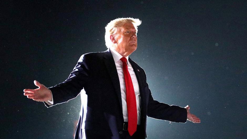 """Trump na grozo zdravnikov dejal, da se bo sprehodil med množico in poljubljal vse po vrsti. """"Počutim se mogočnega!"""" (foto: Profimedia)"""