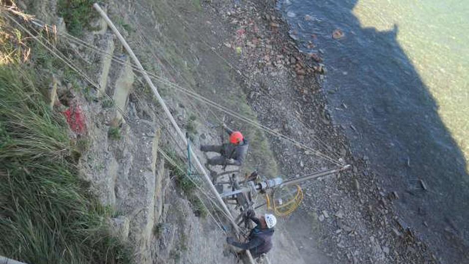 Sanacija klifa pod piranskim župniščem poteka po terminskem načrtu (foto: Mitja Volčanšek/STA)