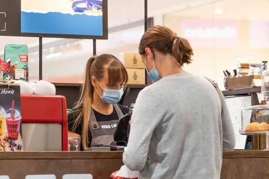 Pandemija covida-19 v polnem zagonu, v Rusiji registrirali drugo cepivo proti covidu-19