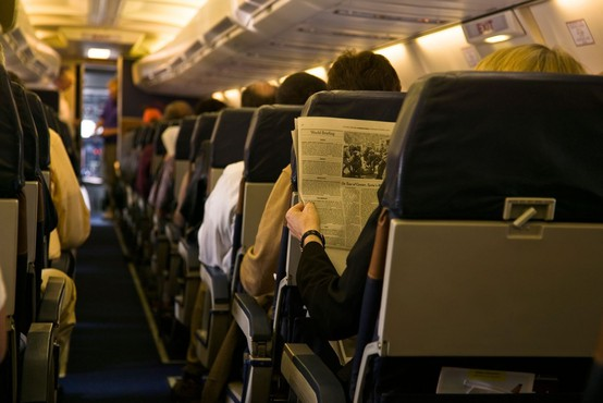 Nizko tveganje za prenos okužbe za letalske potnike z maskami