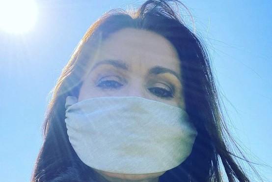 Zakaj je nošenje mask na prostem zdaj tako zelo pomembno? (pojasnilo stroke)