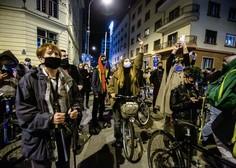 Protestniki na kolesih so se ustavili tudi pred RTV in jo podprli