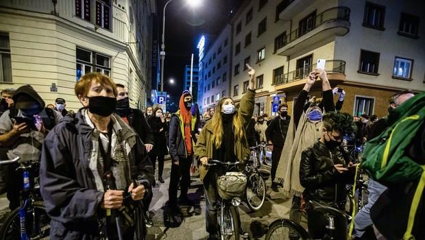 Protestniki na kolesih so se ustavili tudi pred RTV in jo podprli (foto: profimedia)