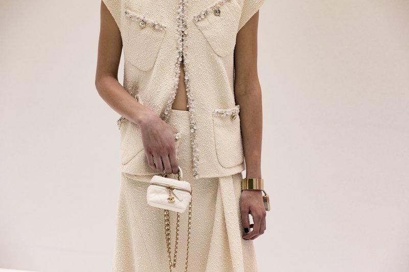 Detajle na oblačilih in modnih dodatkih je veliko lažje videti, če modno revijo spremljaš online.