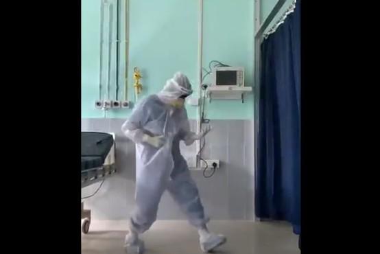VIDEO: Indijski zdravnik navdušuje milijone s svojim plesom za covid paciente