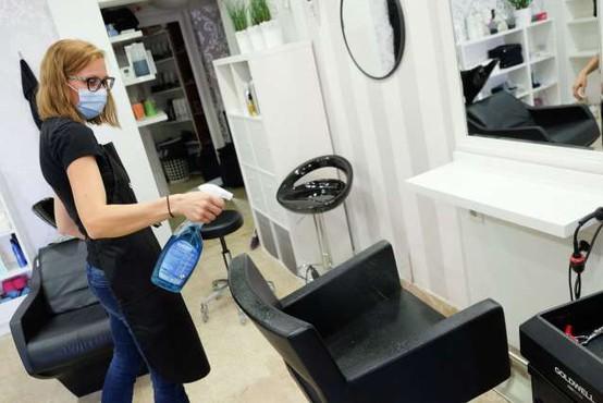 Vlada nekoliko sprostila pogoje za frizerske in kozmetične salone v rdečih regijah